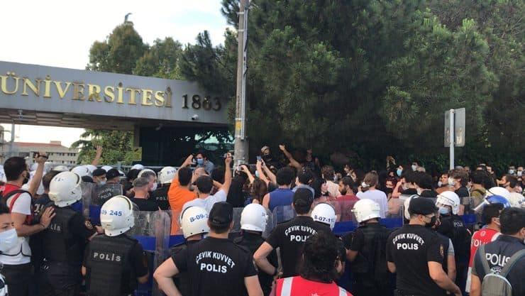 Boğaziçi'ne 'kilit': Öğrencilerden okul önünde eylem